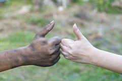 Slut upp man- och kvinnahänder som trycker på att rymma tillsammans på suddig bakgrund för begreppet för förälskelsevalentindag,  royaltyfria bilder