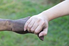 Slut upp man- och kvinnahänder som trycker på att rymma tillsammans på suddig bakgrund för begreppet för förälskelsevalentindag,  arkivfoto