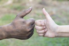 Slut upp man- och kvinnahänder som trycker på att rymma tillsammans på suddig bakgrund för begreppet för förälskelsevalentindag,  arkivbild