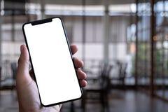 Slut upp manhänder genom att använda smart telefonteknologi och telefontechno royaltyfri bild