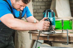 Slut upp mannen som gör träverk i snickeri arkivfoto