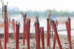 Slut upp med den brända josspinnen i kruka för josspinne i thailändsk tempel Arkivbilder
