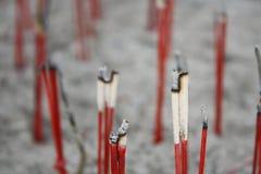 Slut upp med den brända josspinnen i kruka för josspinne i thailändsk tempel Royaltyfri Fotografi