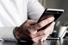 Slut upp mobiltelefonen i hand Arkivbild