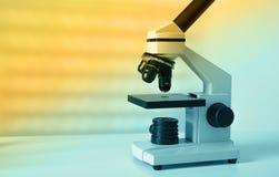 Slut upp moderna mikroskop i a royaltyfria foton