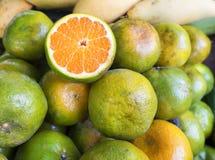 Slut upp nya apelsiner i den Thailand marknaden Royaltyfria Bilder