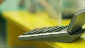 Slut upp på beräknande finans för bankir stock video