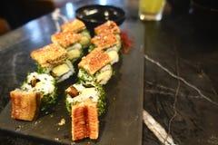Slut upp på den grillade sötvattens- ålen för sushi Japansk mat för sunt unagisushi, högvärdig sushimeny Arkivbild