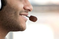 Slut upp på den manliga munnen för ` s med mikrofonen royaltyfri foto