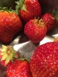Slut upp på en bunke av jordgubbar fotografering för bildbyråer