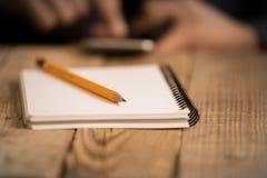 Slut upp på en handstil för hand för man` s på papper med en blyertspenna Royaltyfri Fotografi
