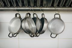 Slut upp på matlagningpannor och hjälpmedel arkivfoton