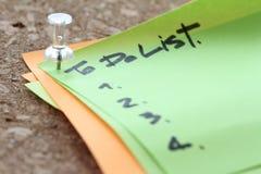 slut upp på stiftet och att göra listaord på klibbig anmärkning med korkboaen Arkivfoto