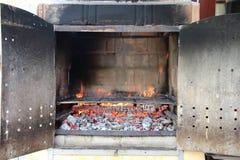 Slut upp på tegelstengrillfest med flammor som är klara att användas Arkivfoto