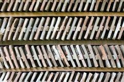 Slut upp på två rader av ordnade tegelstenar på en wood hylla. Fotografering för Bildbyråer