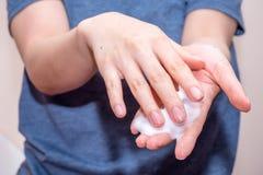 Slut upp på tvagninghänder för ung kvinna Royaltyfri Fotografi