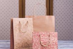 Slut upp påsar för shopping för kraft papper med handtag royaltyfri fotografi