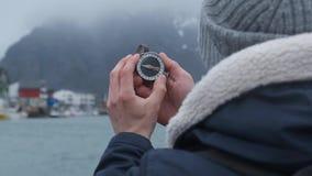 Slut upp p? kompassinstrumentet i behandskad hand Berg som fotvandrar slingor Begrepp f?r vinterbergtur arkivfilmer