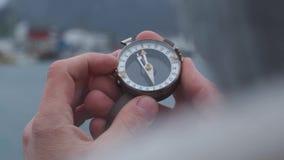 Slut upp p? kompassinstrumentet i behandskad hand Berg som fotvandrar slingor Begrepp f?r vinterbergtur stock video