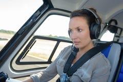 Slut upp pilot för helikopter för ung kvinna för stående Royaltyfri Bild