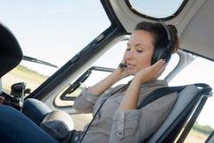 Slut upp pilot för helikopter för ung kvinna för stående Royaltyfri Fotografi