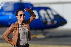 Slut upp pilot för helikopter för ung kvinna för stående Arkivfoto