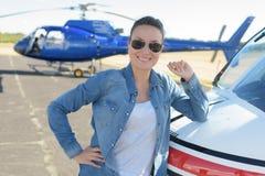 Slut upp pilot för helikopter för ung kvinna för stående Royaltyfria Bilder