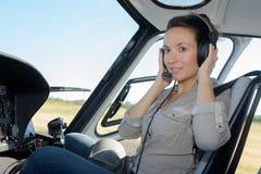 Slut upp pilot för helikopter för ung kvinna för stående Arkivfoton