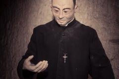 Slut upp prästen Statue i svart dress Royaltyfri Foto