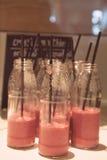 Slut upp rött - läckert exponeringsglas för skogbärsmoothie Arkivfoton