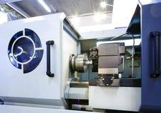 Slut upp robothänder i processen för malningborrandemetalworking, mekaniskt roterande metallarbete royaltyfri fotografi