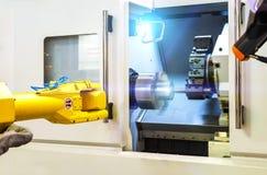 Slut upp robothänder i processen för malningborrandemetalworking, mekaniskt roterande metallarbete, industriellt metallarbete fotografering för bildbyråer