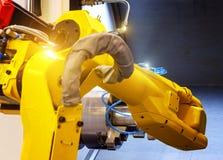 Slut upp robothänder i processen för malningborrandemetalworking, mekaniskt roterande metallarbete, industriellt metallarbete royaltyfria bilder