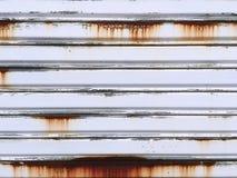 Slut upp Rusty Corrugated Steel Door Texture Arkivfoton