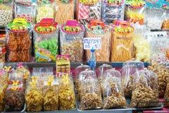 Slut upp söt mat i marknad på Nakhon Nayok, Thailand fotografering för bildbyråer