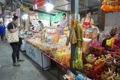Slut upp söt mat i marknad på Nakhon Nayok, Thailand arkivbild