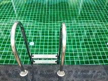 Slut upp simbassäng med trappan royaltyfri bild