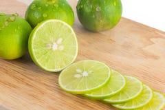 Slut upp skivad ny limefrukt, isolerat royaltyfria foton
