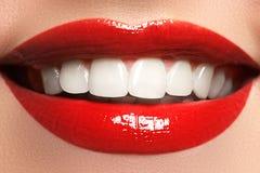 Slut upp skönhetståendesikt av ett naturligt leende för ung kvinna med röda kanter Klassisk skönhetdetalj Röd läppstift och vita  Royaltyfri Foto