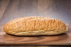 Slut upp Sourdoughbröd på träskärbräda Fotografering för Bildbyråer