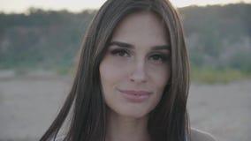 Slut upp ståenden av attraktivt le för kvinna Closeup av den lyckliga brunetten lager videofilmer