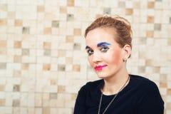 Slut upp ståenden av barnmodern med makeup från hennes lilla dotter Royaltyfri Foto