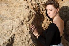 Slut upp ståenden av den eleganta unga kvinnan Fotografering för Bildbyråer