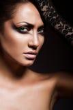 Slut upp ståenden av den sexiga brunettkvinnan Royaltyfri Foto