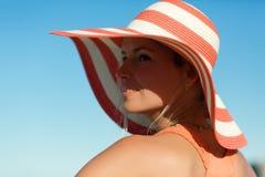 Slut upp ståenden av kvinnan i orange klänning på havsstranden arkivfoto