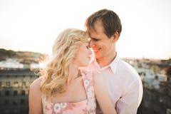 Slut upp ståenden av lyckligt le förälskat posera för par på taket med stora bollar E Arkivfoton