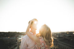 Slut upp ståenden av lyckligt le förälskat posera för par på taket med stora bollar E Royaltyfri Bild