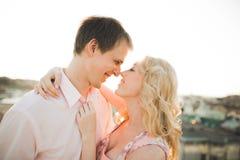 Slut upp ståenden av lyckligt le förälskat posera för par på taket med stora bollar E Arkivbilder