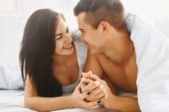 Slut upp ståenden av romantiska par i säng royaltyfria foton