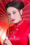 Slut upp ståenden av den härliga kvinnan i röd japansk klänning med Royaltyfri Bild